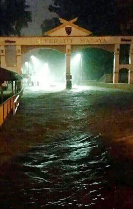 KUALA LUMPUR 12 MAY 2016. Keadaan banjir kilat di pintu masuk ke Universiti Malaya. Gambar Ihsan Pembaca